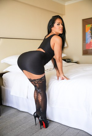 Latina MILF Kiara Mia looses nice knockers from tight dress in black nylons