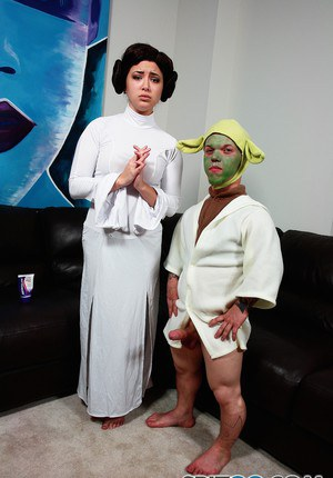 Bare legged Daisy Haze bares hot ass & gives footob in Princess Leia cosplay