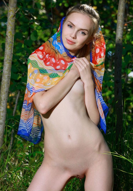 Slender youth babe Demoiselle Liz dilating hairless snatch in the forest