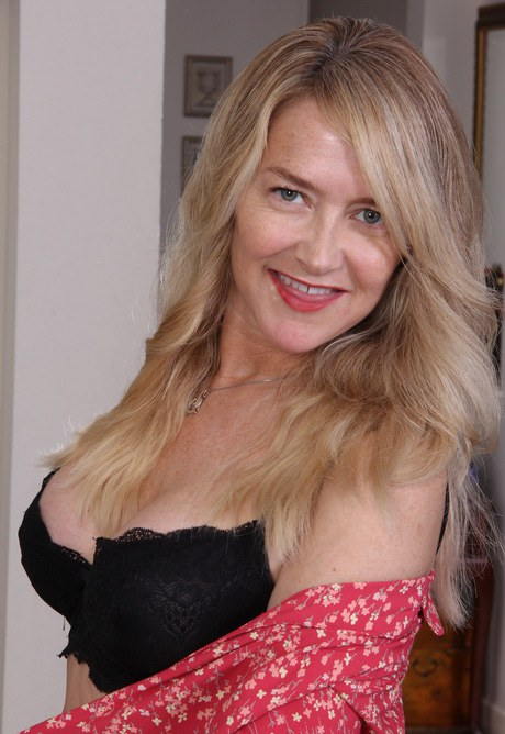 Astounding mature lady Genevieve Crest in a hot posing scene № 430662 бесплатно