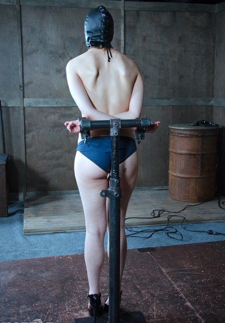 Fettered servant Seaman Luna survives gagging and twat distress in unpitying Bdsm