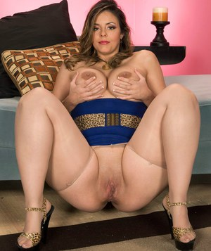 Fat solo model displays her big butt in crotchless pantyhose