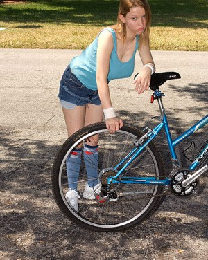 Young amateur Missy Mae with huge nipples fucks oldman who fixes her bicycle