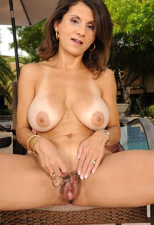 Sexy brunette mature mom Tori Baker frees big saggy tits to finger by the pool