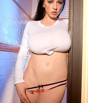 Big titted Merilyn Sakova lifts her shirt to reveal a massive set of hooters