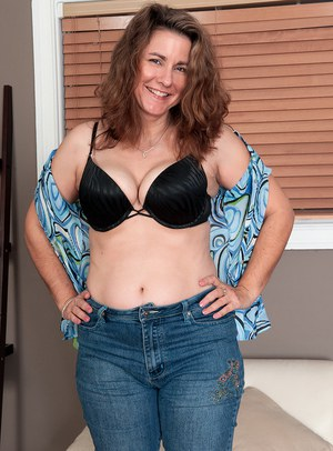 Thick middle-aged woman Gia Marie takes it all off for nude posing