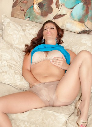 Horny mother removes her pantyhose prior to pleasing her trimmed muff