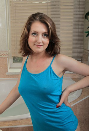 Attractive MILF Sandy doffs lace panties to spread wet beaver in the bath
