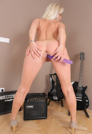 Sexy blonde guitar playing MILF drops shorts to toy with dildo at the jam