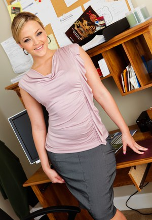 Stunning office babe Alexis Texas removes her tight mini skirt