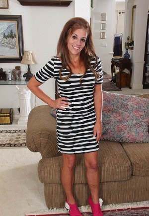 Hot American housewife proves you're never to old to model in the nude