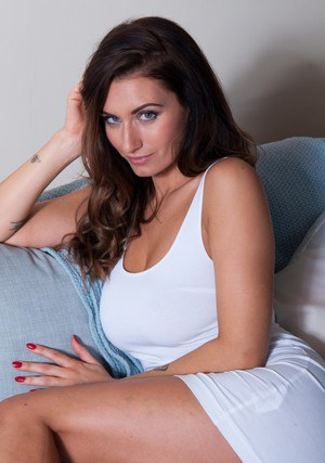 Solo model Sammy Braddy peels off her tight dress to pose naked