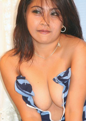 Filipina female reveals the pink of her pussy in her first nude poses