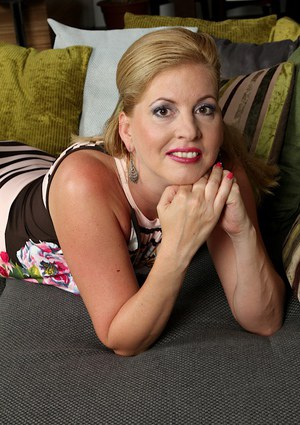 Classy mature lady Laura Oswald gets completely naked before toying her snatch