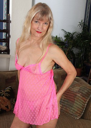 Older amateur Lisa Cognee toying her hairy pussy.