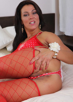 Valentina Ross peels off red lingerie and dildos her older pussy.