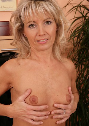 Sexy older lady Janet Darling stretches out her natural pussy in the nude