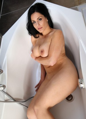 Stacked raven-haired cougar enjoys masturbating while taking a bath