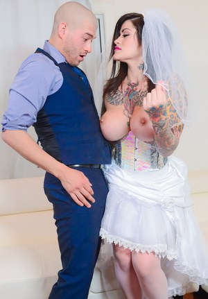 Tattooed reality bride Juliana Rose with huge tits deepthroats cock on knees