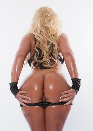 Hot blonde chick Phoenix Marie bares her big butt prior to a DP