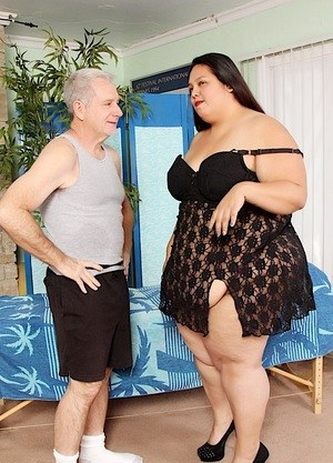 Obese woman Lorelai Givemore finds herself being masturbated by her masseur