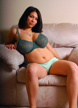 Chubby amateur model poses non nude in her bra and shorts