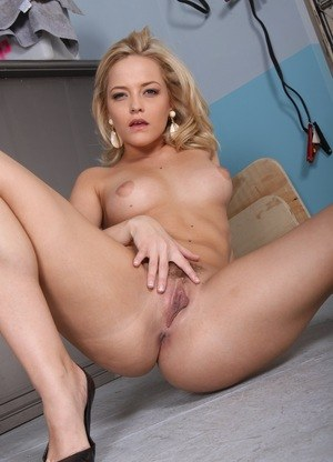 Slutty MILF Alexis Texas bending over to flaunt her hot big ass naked
