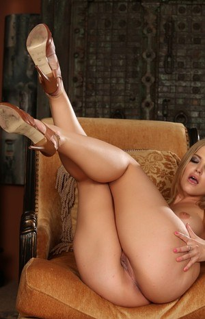 Hot blonde chick Alexis Texas shows her perfect pussy after getting naked