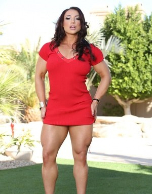 Curvy bodybuilder Brandi Mae toys her tight pussy in the shade outdoors