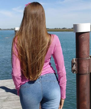 Amateur model Lori Anderson showcases her bald pussy on a public dock