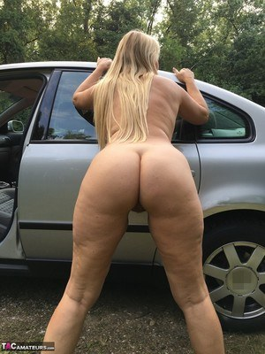 Hot older mom Sweet Susi naked in the car showing her mature slit close up