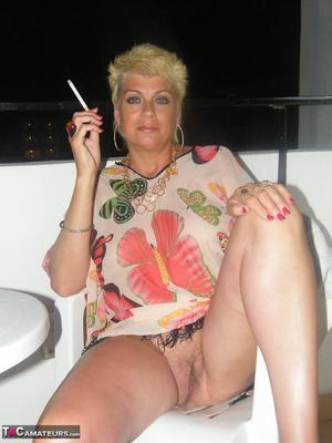 Mature big tits smoking pictures