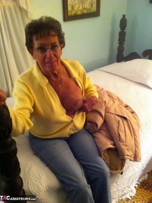 Dirty amateur granny shows her sexy naked body and kisses a young stud
