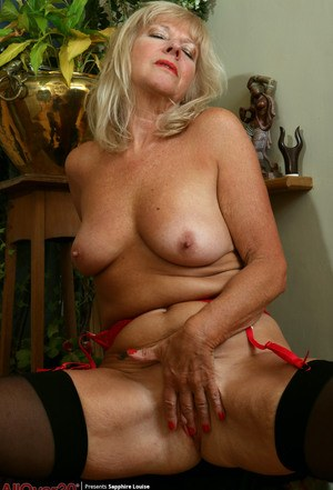 Older woman Sapphire Louise displays her saggy boobs while fingering