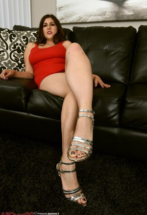 Over 30 plumper Jasmine S removes red dress and heels to mode naked