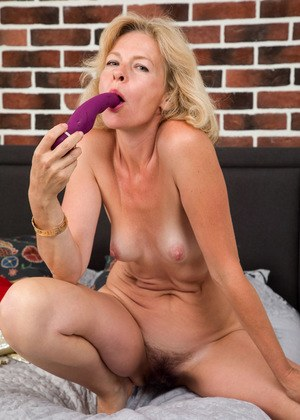 Mature first timer Diana Gold inserts a vibrator inside her hairy vagina