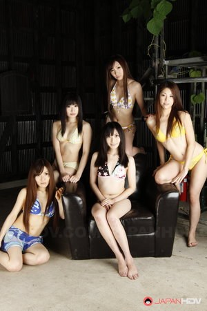 Handful of Japanese girls get totally naked at the same time