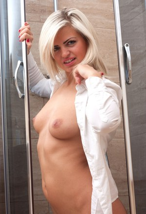Amateur model Paula Jasna exposes her nice ass in the shower