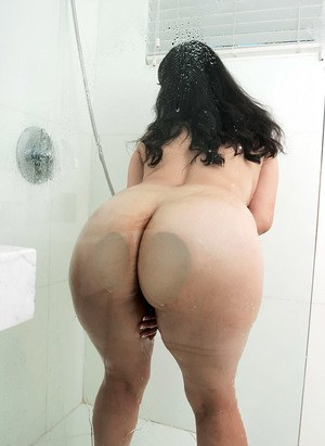 Brunette BBW Luna Bunny uncovers her large tits and big butt in the shower