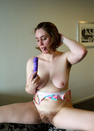 Amateur chick Molly Broad bares her saggy boobs before dildoing her beaver