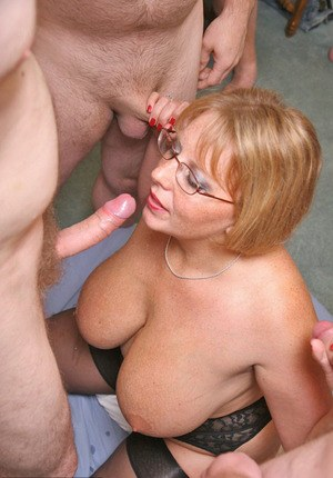 Big titted mature lady Curvy Claire does a blowbang with her glasses on