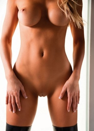 Centerfold model Jeni Summers touts her perfect ass during great nude poses