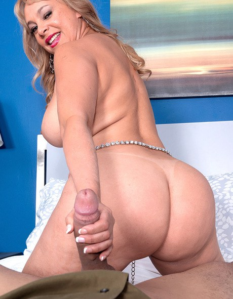 Busty MILF Marcella Guerra lets a young guy feel up her big mature mom tits foto pornográfica #422438595