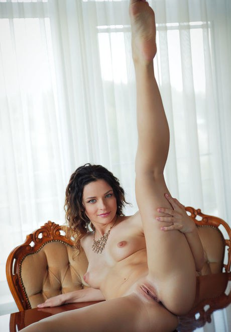 Teen babe Ardelia A flaunting small perky tits and and shaved pussy porno fotoğrafı #422381504
